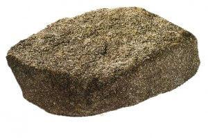 木曽石(日本)木曽石は、木曽谷の山で採石される花崗岩です。石組や飛び石として古くから使われています。苔が生えやすい趣のある石です。